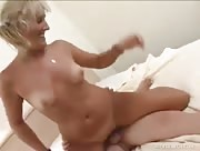 Video x on baise une Blonde mure chez elle