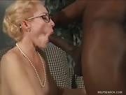 Video x MILF blonde reçoit la Sodomie profonde