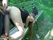 Video x jeune libertine baisée sur un banc